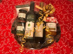 Olio EVO, vino e creme di olive nella cesta natalizia