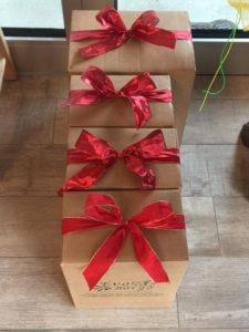 Cura nei dettagli: fiocchi rossi per impreziosire i vostri doni natalizi